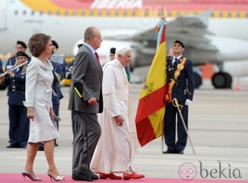 Spain's King Juan Carlos (C) and Queen S