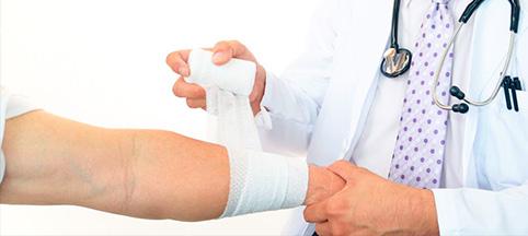 902674-traumatologo-milton-gonzales-reyes-doctor-vendando-pierna