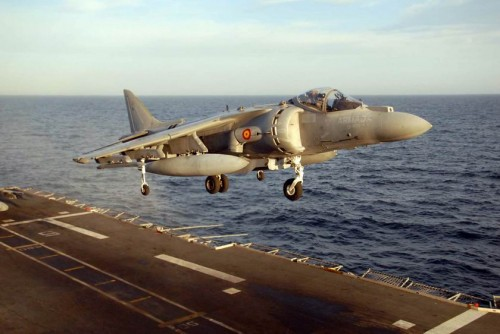 Ajuste de Tamaño de AV-8B_Harrier_landing_aboard_Principe_de_Asturias_(R11)