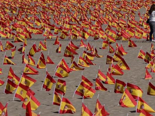 Ajuste de Tamaño de playa-de-valencia-con-banderas-por-las-victimas-de-covid