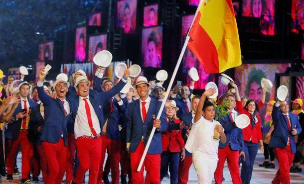 El-tenista-Rafael-Nadal-d-encabeza-la-delegación-de-España-durante-la-ceremonia-de-inauguración-de-los-Juegos-Olímpicos-Río-2016-hoy...-EFE