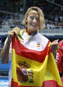 JJOO500. RÍO DE JANEIRO (BRASIL), 10/08/2016.- Mireia Belmonte Garcia de España celebra tras ganar la medalla de oro hoy, miércoles 10 de agosto de 2016, en la prueba final femenina de 200m mariposa de natación, en los Juegos Olímpicos Río 2016, en el Estadio Olímpico Acuático del Parque Olímpico en Río de Janeiro (Brasil). EFE/LAVANDEIRA JR